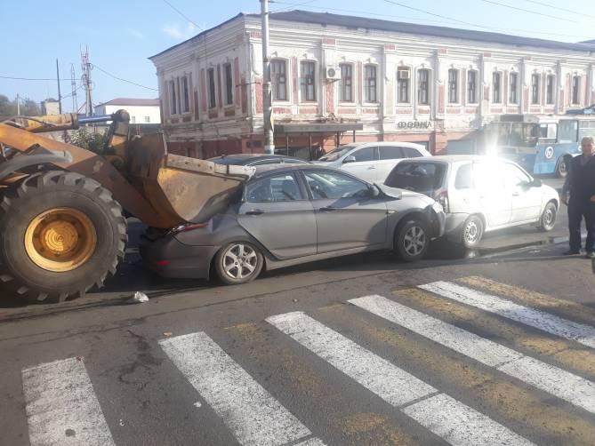 В Брянске на набережной в массовом ДТП смяло две легковушки