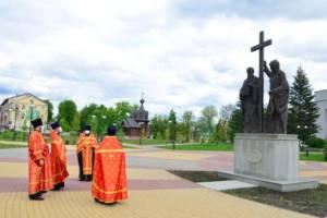В Брянске у памятника Кириллу и Мефодию прошел молебен
