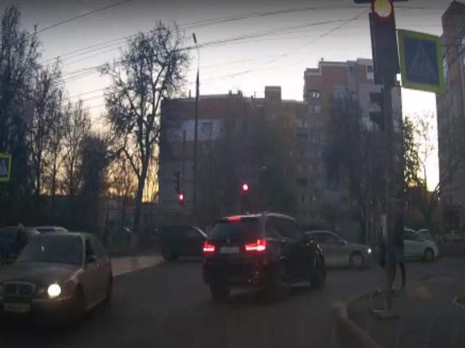 В Брянске сняли на видео лихой маневр иномарки с красивыми номерами