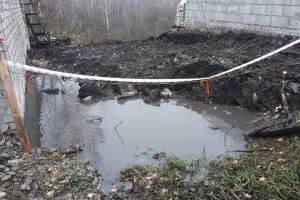 Центр села Глинищево затопило прорванной канализацией