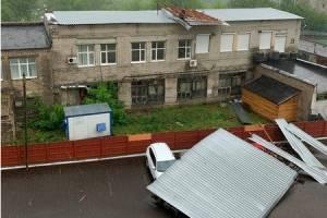 В Брянске сорванной ветром крышей накрыло четыре машины
