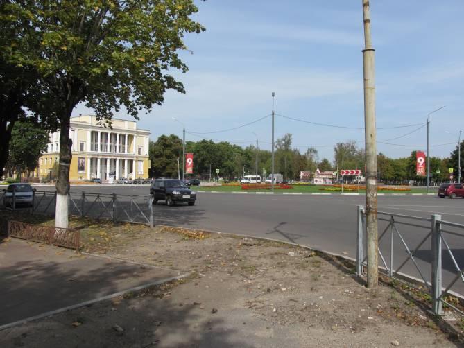 В Брянске неизвестный водитель снес забор у ДК железнодорожников