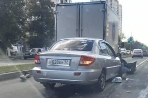 На проспекте Московском в Брянске иномарка врезалась в фургон