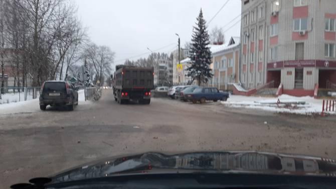 В Фокинском районе Брянска грузовики уничтожили дорогу у соцобъектов