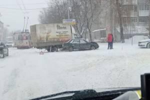 В Брянске на Литейной столкнулись ГАЗель и легковушка