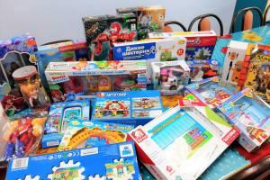 В Брянске «волшебница» подарила детям две коробки с игрушками
