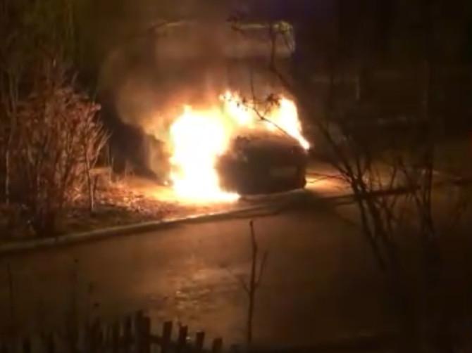 В Брянске сняли на видео горящую иномарку во дворе многоэтажки