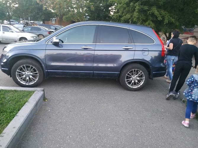 В Брянске автохам перекрыл дорогу пешеходам на Кургане Бессмертия
