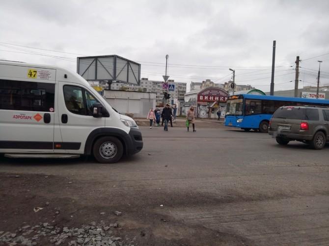 В Брянске на улице Авиационной дорожники устроили транспортную неразбериху