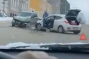 В Брянске на улице Калинина столкнулись две легковушки