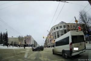 В Брянске маршрутчика наказали за выезд на перекресток на красный свет