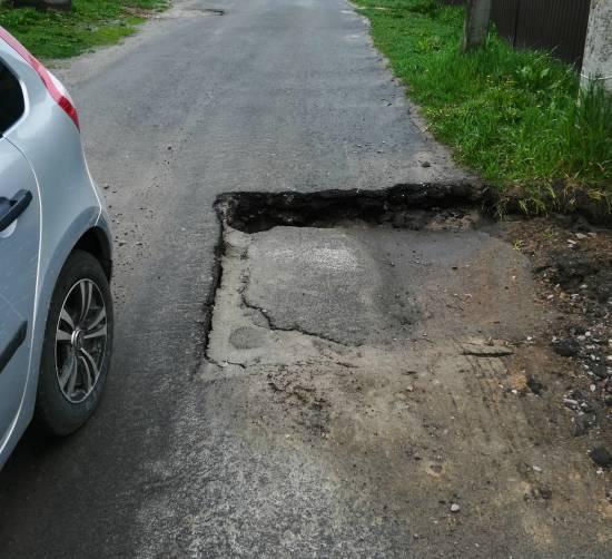 Жители брянского поселка Выгоничи пожаловались на разбитую дорогу
