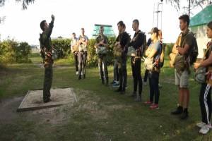 В Брянске для юных спецназовцев организовали прыжки с парашютом