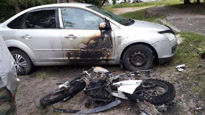 В Брянске во дворе многоэтажки сгорели мотоцикл и легковушка