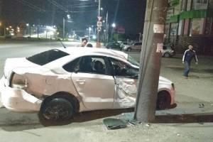 Ночью в Брянске легковушка врезалась в столб: ранена девушка