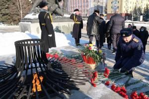 В Брянске возложили цветы к мемориалу на площади Партизан