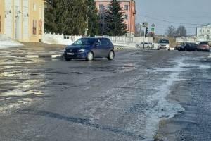 В Новозыбкове растаявший снег обнажил убитые дороги