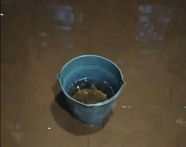 В Брянске затопило многоквартирный дом на улице Пролетарской