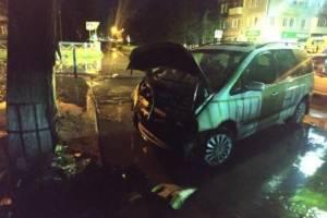 В Брянске иномарка врезалась в дерево: ранена 20-летняя пассажирка