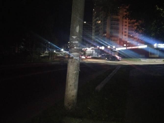 В Брянске на переулке Пилотов заменят заклеенный скотчем столб