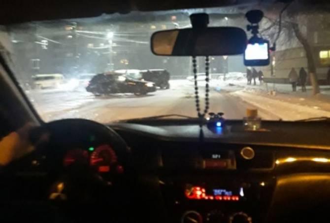В Брянске рядом с больницей №1 столкнулись два автомобиля