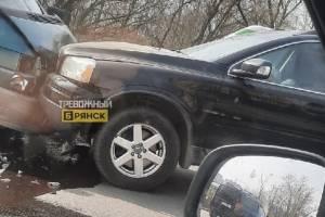 В Брянске на улице Речной две машины столкнулись лоб в лоб