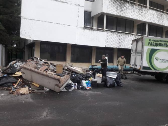 В Брянске из бывшей морской школы вывезли две тонны мусора