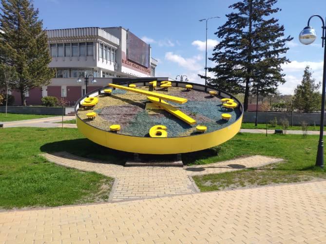 В Брянске сломались цветочные часы на Набережной