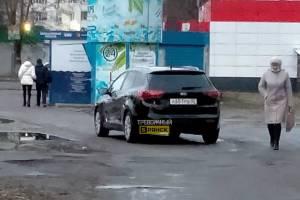 В Брянске автохам перекрыл тротуар возле «Магнита» на Почтовой