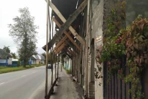 Брянцы попросили убрать «строительные леса» возле школы №6