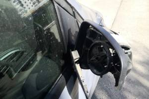На улице Романа Брянского неизвестные вдребезги разили зеркало авто