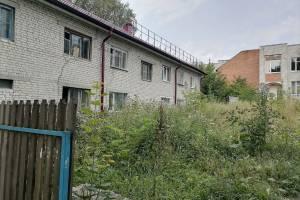 Жители Навли требуют вырубить «джунгли» возле общежития