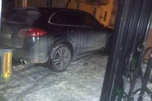 В Брянске автохам на Porsсhe Cayenne заблокировал выезд из двора многоэтажки