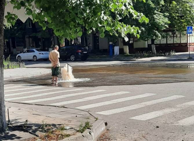 В Брянске на улице Куйбышева возле «БУМ-Сити» забил гейзер из водопроводного люка