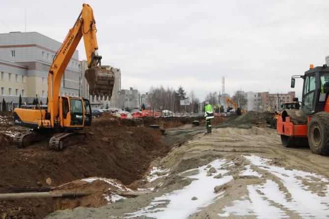 В Брянске новую дорогу на Советской укрепляют геосеткой