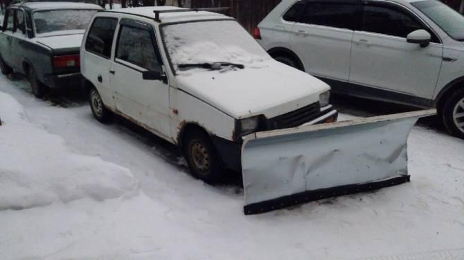 В Брянске умелец превратил «Оку» в снегоуборочную технику