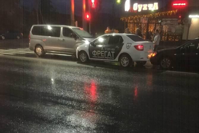 В Брянске автомобиль охраны попал в ДТП на улице Литейной