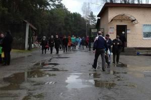 Брянцы под дождём отправились на кладбище отмечать Пасху