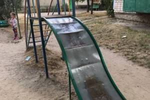 В Новозыбкове нашли опасную детскую площадку