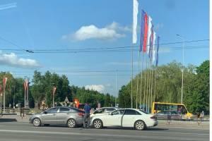 В Брянске на Кургане Бессмертия столкнулись две легковушки