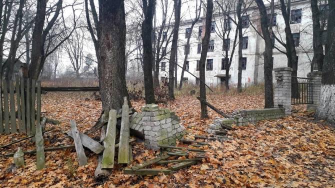 В поселке Локоть старое здание техникума превратилось в притон