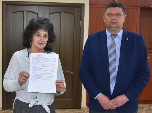 Жительнице Мглина вручили жилищный сертификат