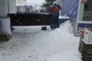 В Брянске на Володарском рынке неизвестные заварили баррикады