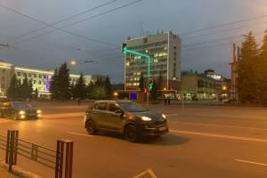 В Брянске включили первый светофор со светящимися стойками