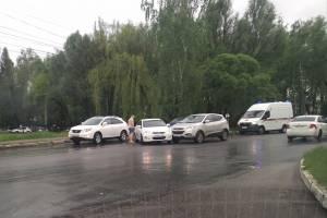 В Брянске на выезде с БГИТУ столкнулись две легковушки