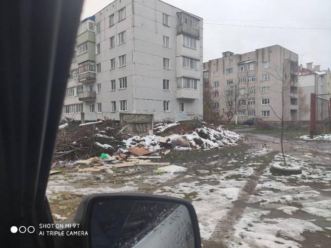 В Клинцах на месте контейнерной площадки появилась целая свалка мусора