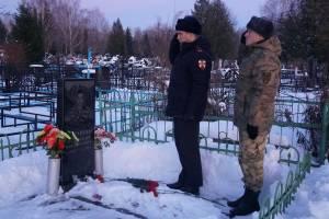 В Брянске росгвардейцы почтили память погибшего в Чечне товарища