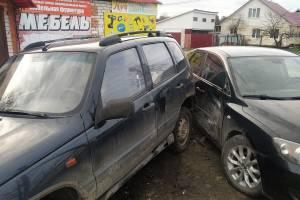 В поселке Локоть Нива без водителя разбила иномарку