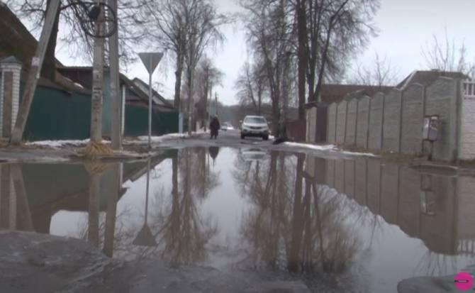 В Брянске откачали огромную лужу в частном секторе на Чичеринке