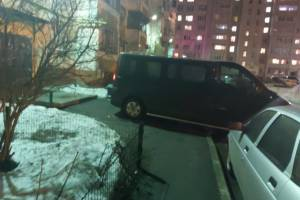 В Брянске заезжий водитель захватил тротуар во дворе многоэтажки